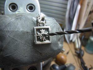 下穴を頼りに、ダイヤと同じ直径のドリルで削ります。