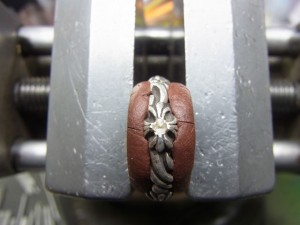 色石と同じ直径のドリルで削って石合わせをします。