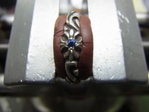 ブルーサファイヤを載せてタガネで固定します。