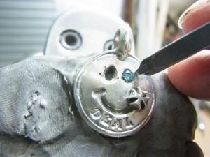ブルーダイヤをのせてタガネで固定します。