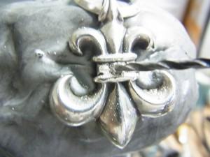 ドリルで宝石と同じ直径の穴を開けます。