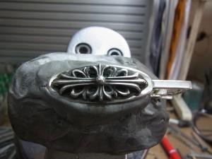 彫刻台に固定します。