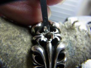 石の形に合わせて指輪を彫刻します。