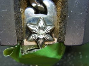 ブレスレットを彫刻台に固定して宝石と同じ直径の穴を開けます。