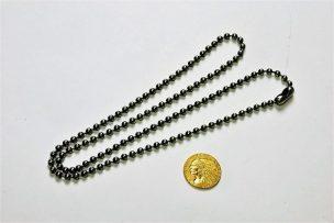 加工前のコインとネックレス