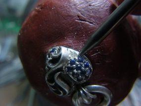 ナナコタガネで爪を丸めます。