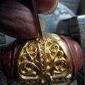 和彫りで、ダイヤモンドを石留しています。