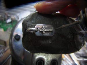 次にダイヤと同じ直径のドリルで石合わせをします。