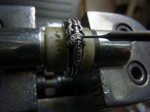サファイヤの直径より細いドリルで、下穴を開けます。
