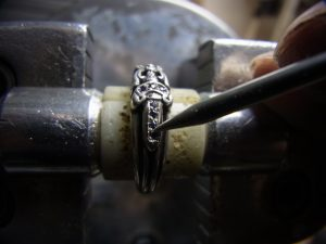 ナナコタガネで爪を丸めています。