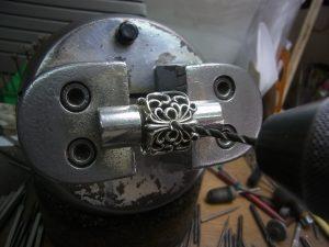 ドリルで穴を開けます。