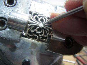 爪をナナコタガネで丸めて固定します。